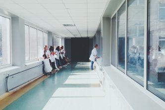 Студенты-медики в ожидании занятия по курсу медицинского английского